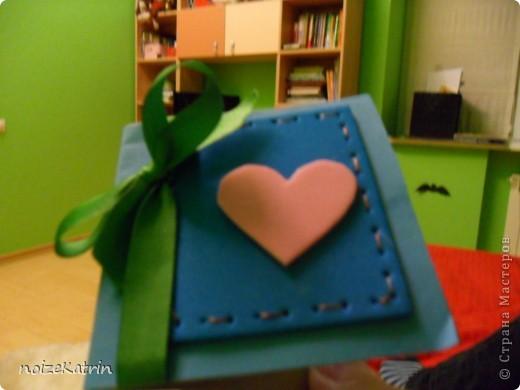 тут все просто берете основу для валентинки, и наклеиваете квадрат из фетра и сердечко, тоже из фетра. а потом завязываете ленту... и  все фото 1