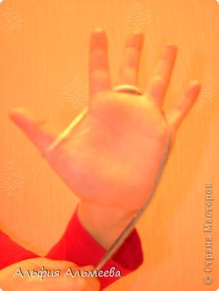 Вязать можно не только на спицах и крючком, но и на пальцах рук. Вязание на пальцах доставляет большое удовольствие детям старшего дошкольного и младшего школьного возраста. Маленькие дети плохо владеют спицами и крючком, а вязание на пальцах доступно их возрасту.  Вязание па пальцах развитает мелкую моторию, память, внимание, воображение. фото 3