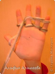 Вязать можно не только на спицах и крючком, но и на пальцах рук. Вязание на пальцах доставляет большое удовольствие детям старшего дошкольного и младшего школьного возраста. Маленькие дети плохо владеют спицами и крючком, а вязание на пальцах доступно их возрасту.  Вязание па пальцах развитает мелкую моторию, память, внимание, воображение. фото 6