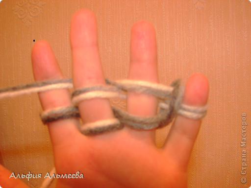 Вязать можно не только на спицах и крючком, но и на пальцах рук. Вязание на пальцах доставляет большое удовольствие детям старшего дошкольного и младшего школьного возраста. Маленькие дети плохо владеют спицами и крючком, а вязание на пальцах доступно их возрасту.  Вязание па пальцах развитает мелкую моторию, память, внимание, воображение. фото 7