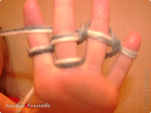 Вязать можно не только на спицах и крючком, но и на пальцах рук. Вязание на пальцах доставляет большое удовольствие детям старшего дошкольного и младшего школьного возраста. Маленькие дети плохо владеют спицами и крючком, а вязание на пальцах доступно их возрасту.  Вязание па пальцах развитает мелкую моторию, память, внимание, воображение. фото 8