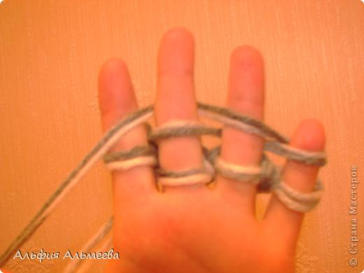 Вязать можно не только на спицах и крючком, но и на пальцах рук. Вязание на пальцах доставляет большое удовольствие детям старшего дошкольного и младшего школьного возраста. Маленькие дети плохо владеют спицами и крючком, а вязание на пальцах доступно их возрасту.  Вязание па пальцах развитает мелкую моторию, память, внимание, воображение. фото 9