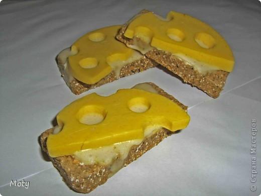 Бутербродики с сыром... Хлеб: детское мыло, отруби молотые, сушеная календула, какао. Сыр: детское мыло, масло оливковое, желтый краситель, запах бергамота. Масло: детское мыло. фото 3