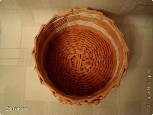 Плела из окрашеных трубочек.  фото 5