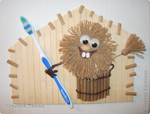 Висит на внутренней стороне двери в ванной)) Чтобы никто не забыл зубки почистить!