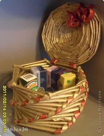 С днем любви!!!! Моя мама хотела иметь дома эфирные масла. Я решила подарить их на День Святого Валентна, а коробочки красиво преподнести подарок не нашлось. Я решила ее сделать из газетных трубочек. Первая задумка не получилась, как говориться первый блин. Просмотрев много материала на сайте, еще раз накрутив трубочек, получила вот такую шкатулку. Покрасила аэрозольной краской и немного навела ретуши перломутровым акрилом.   фото 2