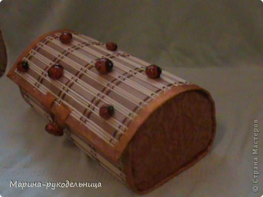 Это вторая шкатулка, первая не такая удачная получилась. Шкатулку делала из бамбуковых салфеток. Божьих коровок слепила из соленого теста, раскрасила и приклеила на горячий клей. фото 2