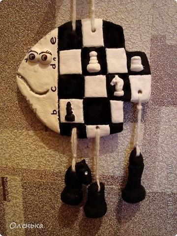 Рыбка для моего маленького шахматиста. Еще не покрытая лаком, поэтому висящие шахматки похожи на угольки.))) фото 1