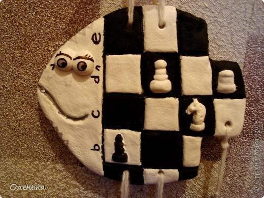 Рыбка для моего маленького шахматиста. Еще не покрытая лаком, поэтому висящие шахматки похожи на угольки.))) фото 2