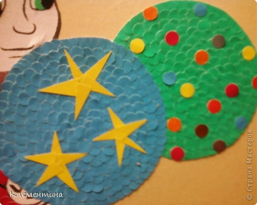Дыроколом нарезаем кружков и клеем в соответствии с цветом по краям заранее подготовленного рисунка... фото 2