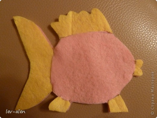 Вдохновилась поделками из салфеток для уборки lula. Попыталась сделать рыбку. Нужны салфетки для уборки, пара шариков ваты, ножницы и капля клея для глазок. фото 8