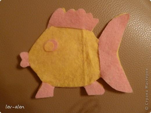 Вдохновилась поделками из салфеток для уборки lula. Попыталась сделать рыбку. Нужны салфетки для уборки, пара шариков ваты, ножницы и капля клея для глазок. фото 9