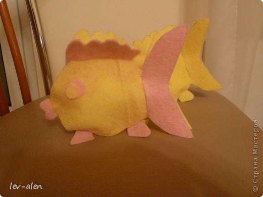 Вдохновилась поделками из салфеток для уборки lula. Попыталась сделать рыбку. Нужны салфетки для уборки, пара шариков ваты, ножницы и капля клея для глазок. фото 11