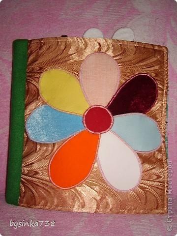 """Книжка-учишка. Мягкие странички книжки не рвутся. Игрушку легко выстирать (и руками, и в машине). Цветик-семицветик """"живой"""". Все лепестки собраны из разных по текстуре тканей и соединены только сердцевинкой. В некоторые лепестки вшита клеенка, и они приятно шелестят. фото 1"""