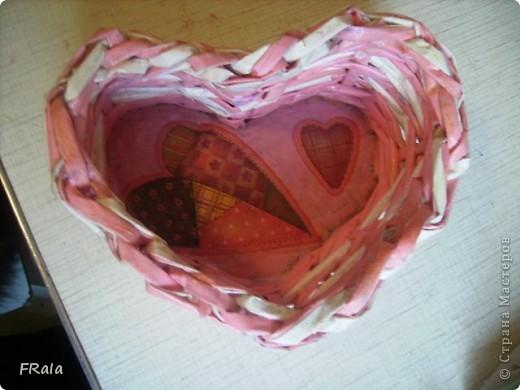 Ко дню Святого Валентина,дню всех влюблённых сплела корзинку сердечко фото 1