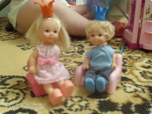 Моей доченьке 4,5 года - возраст принцев и принцесс. Все девочки-куколки - принцессы, мальчики-куколки - принцы, ну и она, естественно, принцесса. У нее корона есть, а у кукол - нет. Нужно было ситуацию срочно менять... фото 11