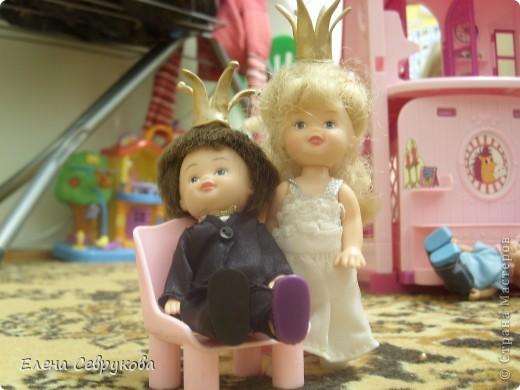 Моей доченьке 4,5 года - возраст принцев и принцесс. Все девочки-куколки - принцессы, мальчики-куколки - принцы, ну и она, естественно, принцесса. У нее корона есть, а у кукол - нет. Нужно было ситуацию срочно менять... фото 12