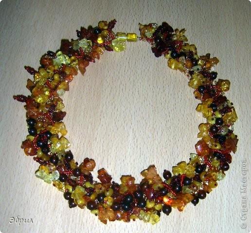 Основа у ожерелья сплетена из бисерной сетки,к которой крепились листики из бисера и янтарь разной формы.