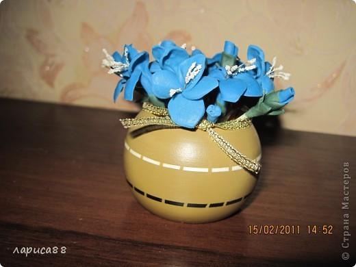 Вторая попытка создать цветы из пластики. Вазочка - кольцо для салфеток. Внутрь вставила обрезанную пластиковую бутылочку, заполненную пенопластом. фото 2