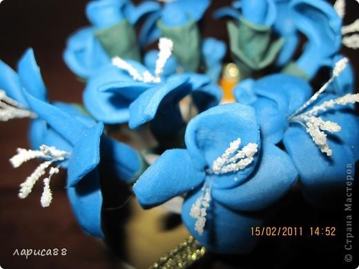 Вторая попытка создать цветы из пластики. Вазочка - кольцо для салфеток. Внутрь вставила обрезанную пластиковую бутылочку, заполненную пенопластом. фото 3