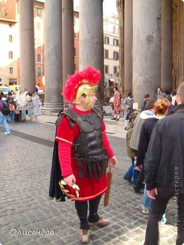 Рим – сердце Италии, Вечный город на семи холмах, к которому, как известно, ведут все дороги. Рим входит в перечень самых древних, великих, богатых историческими и культурными памятниками городов мира. И недаром его называют Вечным городом – история Рима насчитывает более трех тысяч лет.  ***************************************** Наша экскурсия началась здесь у Пантеона, храма, посвященного всем богам, памятника древнеримской архитектуры. Сооружен около 125 н. э.  В Пантеоне похоронены Рафаэль и пара итальянских королей.  фото 2