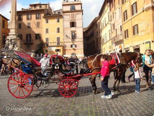 Рим – сердце Италии, Вечный город на семи холмах, к которому, как известно, ведут все дороги. Рим входит в перечень самых древних, великих, богатых историческими и культурными памятниками городов мира. И недаром его называют Вечным городом – история Рима насчитывает более трех тысяч лет.  ***************************************** Наша экскурсия началась здесь у Пантеона, храма, посвященного всем богам, памятника древнеримской архитектуры. Сооружен около 125 н. э.  В Пантеоне похоронены Рафаэль и пара итальянских королей.  фото 3