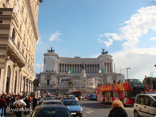 Рим – сердце Италии, Вечный город на семи холмах, к которому, как известно, ведут все дороги. Рим входит в перечень самых древних, великих, богатых историческими и культурными памятниками городов мира. И недаром его называют Вечным городом – история Рима насчитывает более трех тысяч лет.  ***************************************** Наша экскурсия началась здесь у Пантеона, храма, посвященного всем богам, памятника древнеримской архитектуры. Сооружен около 125 н. э.  В Пантеоне похоронены Рафаэль и пара итальянских королей.  фото 7