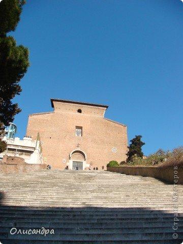 Рим – сердце Италии, Вечный город на семи холмах, к которому, как известно, ведут все дороги. Рим входит в перечень самых древних, великих, богатых историческими и культурными памятниками городов мира. И недаром его называют Вечным городом – история Рима насчитывает более трех тысяч лет.  ***************************************** Наша экскурсия началась здесь у Пантеона, храма, посвященного всем богам, памятника древнеримской архитектуры. Сооружен около 125 н. э.  В Пантеоне похоронены Рафаэль и пара итальянских королей.  фото 10