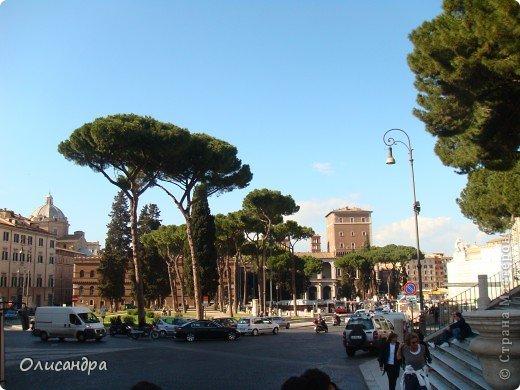 Рим – сердце Италии, Вечный город на семи холмах, к которому, как известно, ведут все дороги. Рим входит в перечень самых древних, великих, богатых историческими и культурными памятниками городов мира. И недаром его называют Вечным городом – история Рима насчитывает более трех тысяч лет.  ***************************************** Наша экскурсия началась здесь у Пантеона, храма, посвященного всем богам, памятника древнеримской архитектуры. Сооружен около 125 н. э.  В Пантеоне похоронены Рафаэль и пара итальянских королей.  фото 9