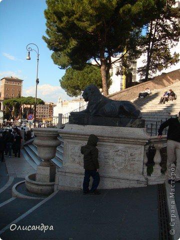 Рим – сердце Италии, Вечный город на семи холмах, к которому, как известно, ведут все дороги. Рим входит в перечень самых древних, великих, богатых историческими и культурными памятниками городов мира. И недаром его называют Вечным городом – история Рима насчитывает более трех тысяч лет.  ***************************************** Наша экскурсия началась здесь у Пантеона, храма, посвященного всем богам, памятника древнеримской архитектуры. Сооружен около 125 н. э.  В Пантеоне похоронены Рафаэль и пара итальянских королей.  фото 11
