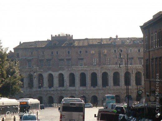 Рим – сердце Италии, Вечный город на семи холмах, к которому, как известно, ведут все дороги. Рим входит в перечень самых древних, великих, богатых историческими и культурными памятниками городов мира. И недаром его называют Вечным городом – история Рима насчитывает более трех тысяч лет.  ***************************************** Наша экскурсия началась здесь у Пантеона, храма, посвященного всем богам, памятника древнеримской архитектуры. Сооружен около 125 н. э.  В Пантеоне похоронены Рафаэль и пара итальянских королей.  фото 12