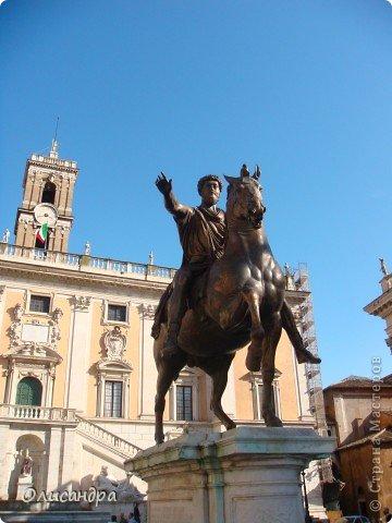 Рим – сердце Италии, Вечный город на семи холмах, к которому, как известно, ведут все дороги. Рим входит в перечень самых древних, великих, богатых историческими и культурными памятниками городов мира. И недаром его называют Вечным городом – история Рима насчитывает более трех тысяч лет.  ***************************************** Наша экскурсия началась здесь у Пантеона, храма, посвященного всем богам, памятника древнеримской архитектуры. Сооружен около 125 н. э.  В Пантеоне похоронены Рафаэль и пара итальянских королей.  фото 13