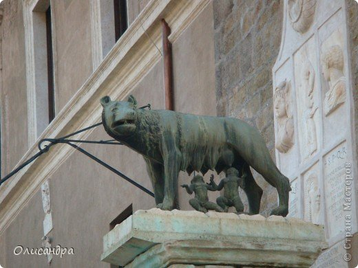 Рим – сердце Италии, Вечный город на семи холмах, к которому, как известно, ведут все дороги. Рим входит в перечень самых древних, великих, богатых историческими и культурными памятниками городов мира. И недаром его называют Вечным городом – история Рима насчитывает более трех тысяч лет.  ***************************************** Наша экскурсия началась здесь у Пантеона, храма, посвященного всем богам, памятника древнеримской архитектуры. Сооружен около 125 н. э.  В Пантеоне похоронены Рафаэль и пара итальянских королей.  фото 14