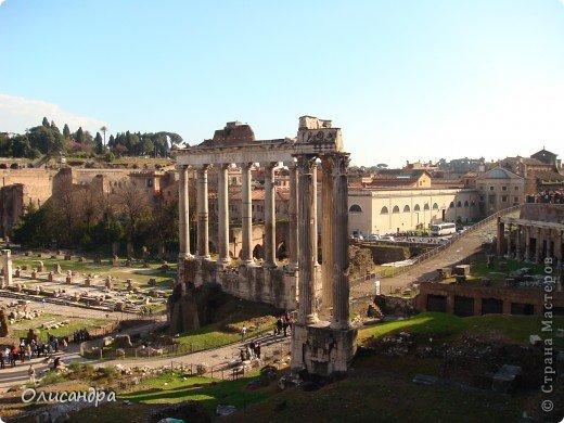 Рим – сердце Италии, Вечный город на семи холмах, к которому, как известно, ведут все дороги. Рим входит в перечень самых древних, великих, богатых историческими и культурными памятниками городов мира. И недаром его называют Вечным городом – история Рима насчитывает более трех тысяч лет.  ***************************************** Наша экскурсия началась здесь у Пантеона, храма, посвященного всем богам, памятника древнеримской архитектуры. Сооружен около 125 н. э.  В Пантеоне похоронены Рафаэль и пара итальянских королей.  фото 15