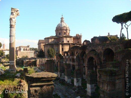 Рим – сердце Италии, Вечный город на семи холмах, к которому, как известно, ведут все дороги. Рим входит в перечень самых древних, великих, богатых историческими и культурными памятниками городов мира. И недаром его называют Вечным городом – история Рима насчитывает более трех тысяч лет.  ***************************************** Наша экскурсия началась здесь у Пантеона, храма, посвященного всем богам, памятника древнеримской архитектуры. Сооружен около 125 н. э.  В Пантеоне похоронены Рафаэль и пара итальянских королей.  фото 18