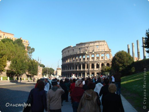 Рим – сердце Италии, Вечный город на семи холмах, к которому, как известно, ведут все дороги. Рим входит в перечень самых древних, великих, богатых историческими и культурными памятниками городов мира. И недаром его называют Вечным городом – история Рима насчитывает более трех тысяч лет.  ***************************************** Наша экскурсия началась здесь у Пантеона, храма, посвященного всем богам, памятника древнеримской архитектуры. Сооружен около 125 н. э.  В Пантеоне похоронены Рафаэль и пара итальянских королей.  фото 27