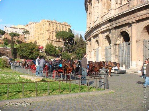 Рим – сердце Италии, Вечный город на семи холмах, к которому, как известно, ведут все дороги. Рим входит в перечень самых древних, великих, богатых историческими и культурными памятниками городов мира. И недаром его называют Вечным городом – история Рима насчитывает более трех тысяч лет.  ***************************************** Наша экскурсия началась здесь у Пантеона, храма, посвященного всем богам, памятника древнеримской архитектуры. Сооружен около 125 н. э.  В Пантеоне похоронены Рафаэль и пара итальянских королей.  фото 29