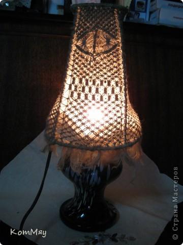 Есть в копилочке моих поделок и вот такое изделие. Жила-была стеклянная ваза. Долго жила - поднадоела уже... И превратилась она в настольную лампу.  фото 3
