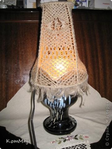 Есть в копилочке моих поделок и вот такое изделие. Жила-была стеклянная ваза. Долго жила - поднадоела уже... И превратилась она в настольную лампу.  фото 1