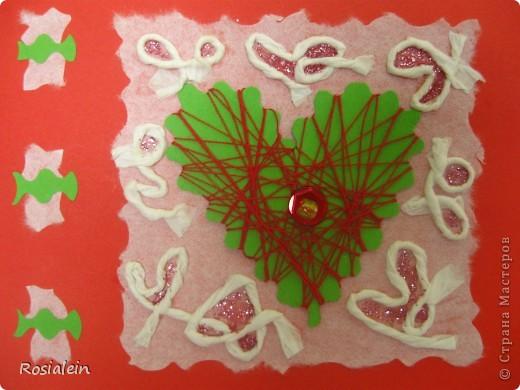 Открытка выполнена в технике апликация и изонить. Я использовала обычную разноцветную ксероксную бумагу - зеленую и красную и белую рисовую бумагу (у меня рулонная для калиграфии). Шнурок сделан из рисовой бумаги. фото 1