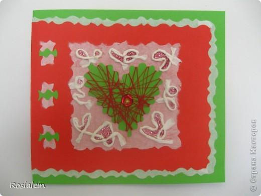 Открытка выполнена в технике апликация и изонить. Я использовала обычную разноцветную ксероксную бумагу - зеленую и красную и белую рисовую бумагу (у меня рулонная для калиграфии). Шнурок сделан из рисовой бумаги. фото 2