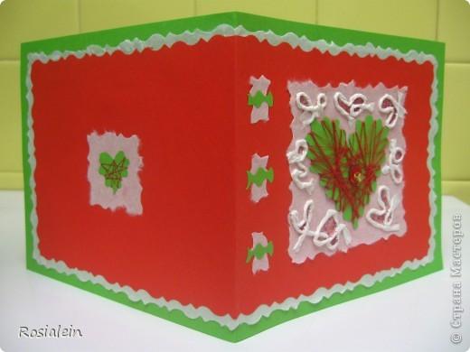 Открытка выполнена в технике апликация и изонить. Я использовала обычную разноцветную ксероксную бумагу - зеленую и красную и белую рисовую бумагу (у меня рулонная для калиграфии). Шнурок сделан из рисовой бумаги. фото 3