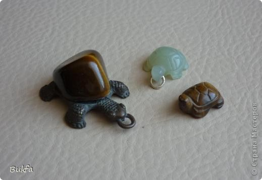 Продолжаю показывать своих черепашек. Начало можно посмотреть здесь http://stranamasterov.ru/node/151515. Фигурки куплены нами или подарены друзьями и родными, поэтому попадаются вроде бы одинаковые, но разного оформления. Рассказы о черепахах, как о живых или мифических существах или о символах предлагаю почитать у Олиандры.   Решила начать с микрораздела.  Это броши.  фото 11