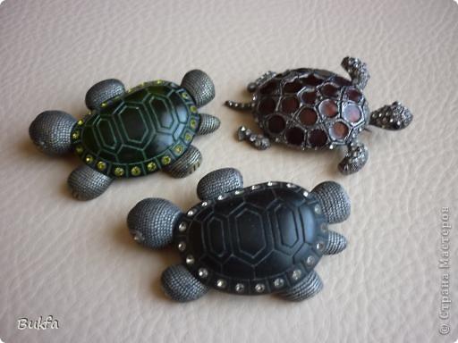 Продолжаю показывать своих черепашек. Начало можно посмотреть здесь http://stranamasterov.ru/node/151515. Фигурки куплены нами или подарены друзьями и родными, поэтому попадаются вроде бы одинаковые, но разного оформления. Рассказы о черепахах, как о живых или мифических существах или о символах предлагаю почитать у Олиандры.   Решила начать с микрораздела.  Это броши.  фото 1