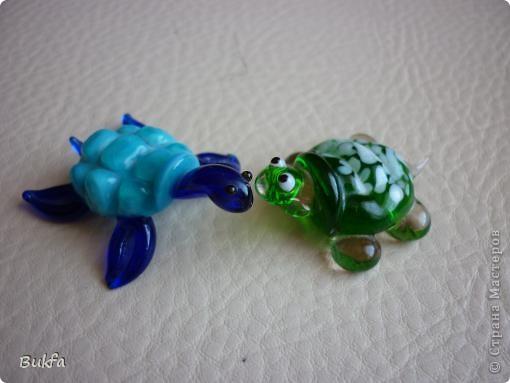 Продолжаю показывать своих черепашек. Начало можно посмотреть здесь http://stranamasterov.ru/node/151515. Фигурки куплены нами или подарены друзьями и родными, поэтому попадаются вроде бы одинаковые, но разного оформления. Рассказы о черепахах, как о живых или мифических существах или о символах предлагаю почитать у Олиандры.   Решила начать с микрораздела.  Это броши.  фото 6