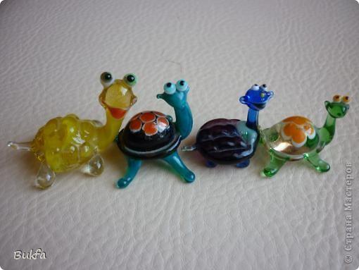 Продолжаю показывать своих черепашек. Начало можно посмотреть здесь http://stranamasterov.ru/node/151515. Фигурки куплены нами или подарены друзьями и родными, поэтому попадаются вроде бы одинаковые, но разного оформления. Рассказы о черепахах, как о живых или мифических существах или о символах предлагаю почитать у Олиандры.   Решила начать с микрораздела.  Это броши.  фото 7