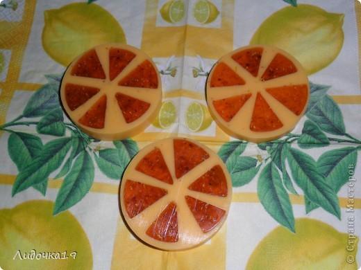 """мылко """"Арбузик"""" -мыльная основа(прозрачная,белая) -масло абрикосовой косточки -мак -красители(красный,зелёный) -отдушка """"Арбуз"""" фото 3"""