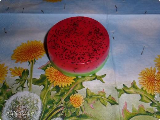 """мылко """"Арбузик"""" -мыльная основа(прозрачная,белая) -масло абрикосовой косточки -мак -красители(красный,зелёный) -отдушка """"Арбуз"""" фото 1"""