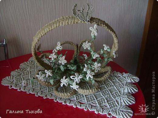 Ваза с цветами на овальной салфетке. фото 3