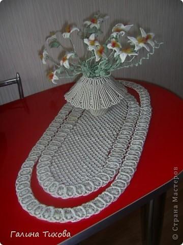 Ваза с цветами на овальной салфетке. фото 1